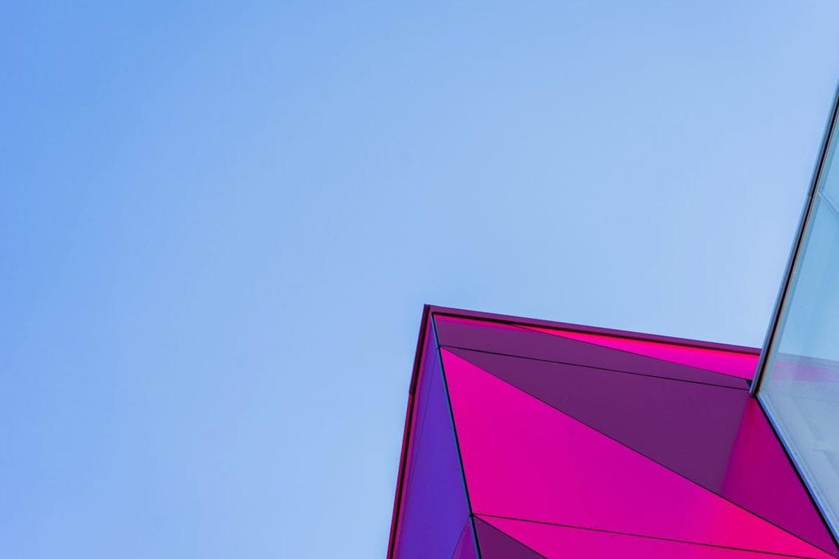 particolare grattacielo viola