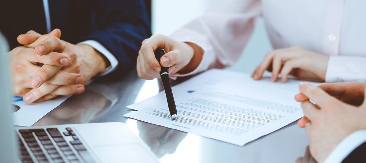 Avvocati analizzano contratto